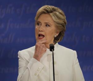 Redes sociales comentan sobre cabeceos de Clinton en debate