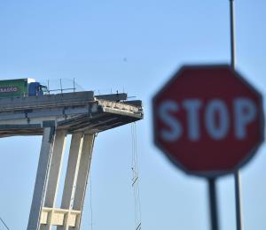 Italia: un joven cae 130 pies y sobrevive entre los escombros del puente
