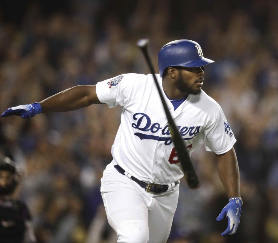 El cubano Yasiel Puig, de los Dodgers de Los Ángeles, suelta el bate al conectar un jonrón de tres carreras en la séptima entrada del juego ante los Rockies de Colorado, el miércoles 19 de septiembre de 2018. (AP) (semisquare-x3)