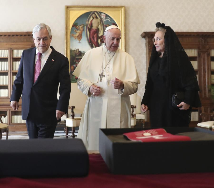 El papa habla durante una reunión con el presidente de Chile, Sebastián Piñera, y su esposa, Cecilia Morel. (semisquare-x3)