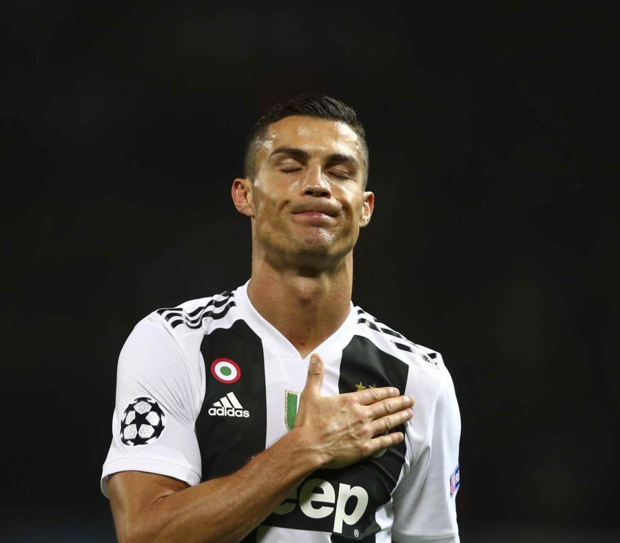 Cristiano Ronaldo, de la Juventus, hace un gesto al final del encuentro de la Liga de Campeones ante el Manchester United, el martes 23 de octubre de 2018. (AP) (semisquare-x3)