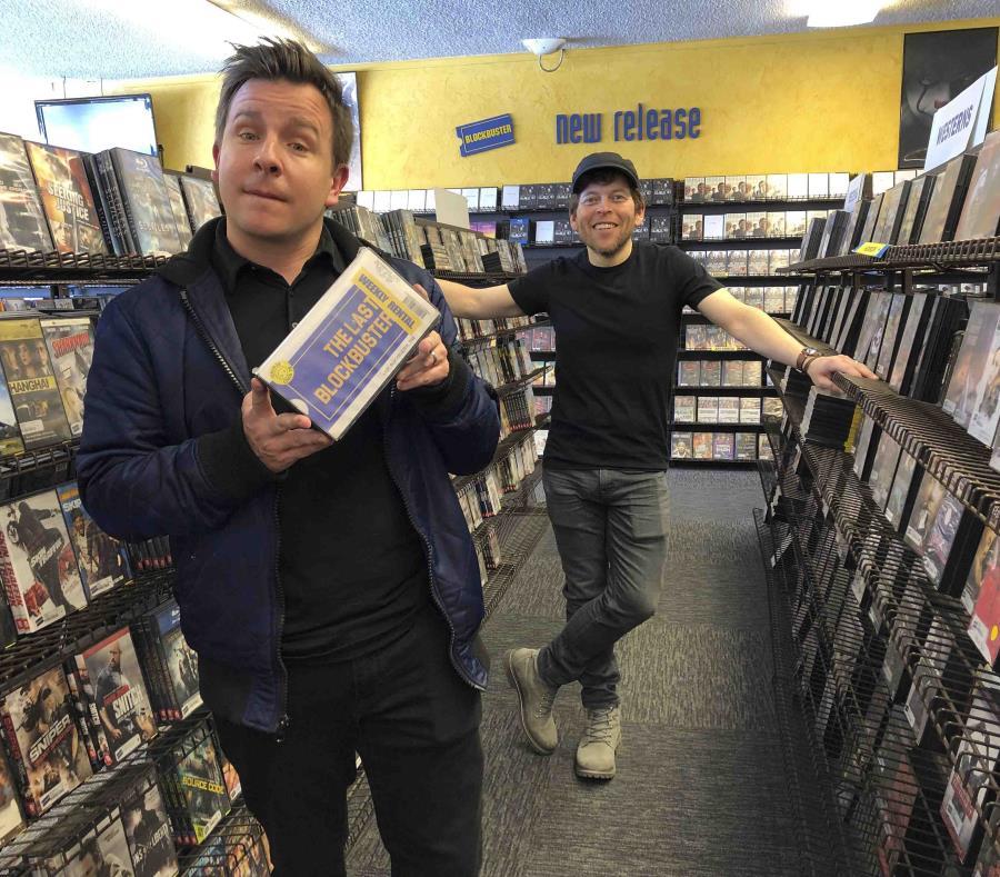 Los documentalistas Taylor Morden (izquierda) y Zeke Kamm posan en el último videoclub de la cadena Blockbuster en el mundo, en Bend, Oregon (semisquare-x3)