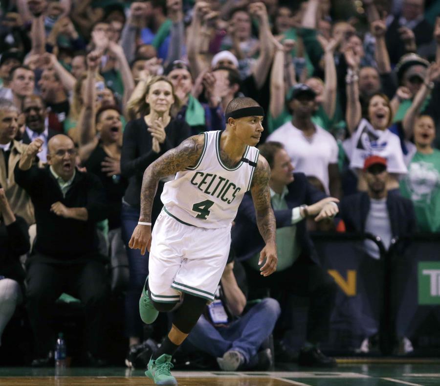 Fanáticos de los Celtics de Boston rugen mientras que Isaiah Thomas avanza en la pista tras anotar ante los Wizards de Washington. (semisquare-x3)