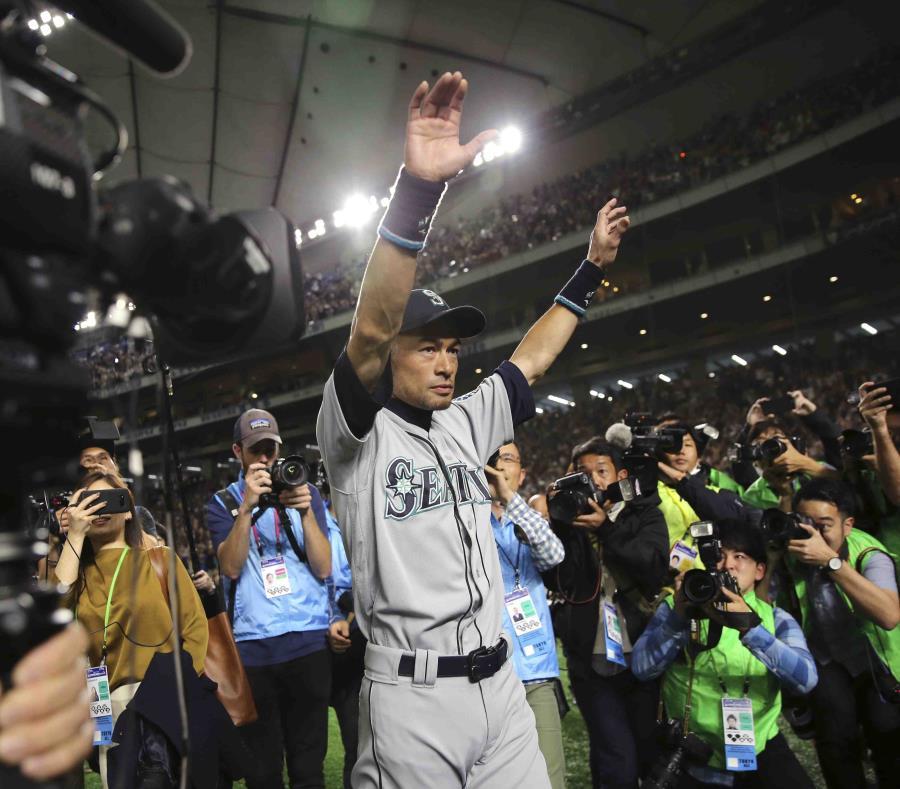 Ichiro Suzuki, uno de los mejores bateadores en la historia del béisbol, se despide de sus fanáticos. (AP) (semisquare-x3)