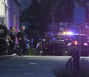 Mueren tres personas en un tiroteo en un concesionario de autos en California