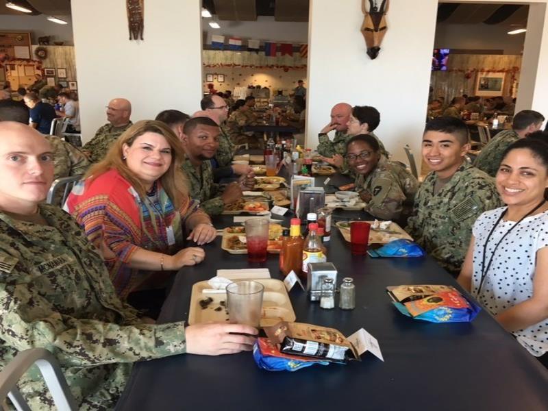 La comisionada residente junto a soldados en África (semisquare-x3)