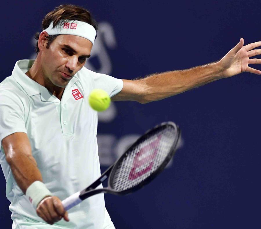 El suizo Roger Federer, hace un tiro de revés en su duelo ante el sudafricano Kevin Anderson en el Abierto de Miami (semisquare-x3)