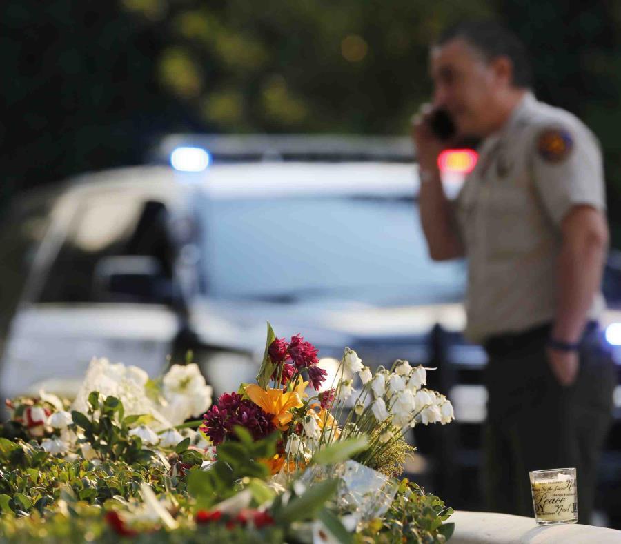 En la imagen, un ramo de flores depositado por dolientes cerca del lugar donde murieron 12 personas en una balacera, en Thousand Oaks, California, el 9 de noviembre de 2018. (semisquare-x3)