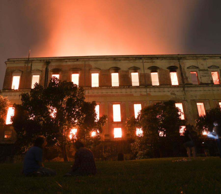 Museo Nacional de Río de Janeiro, uno de los más antiguos de Brasil, mientras es consumido por las llamas debido a un incendio de grandes proporciones (semisquare-x3)