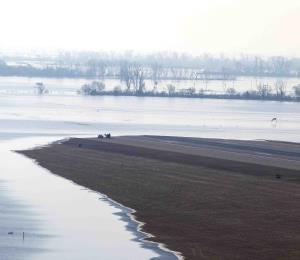 Autoridades desalojan a más personas en centro-norte de EE.UU. por inundaciones