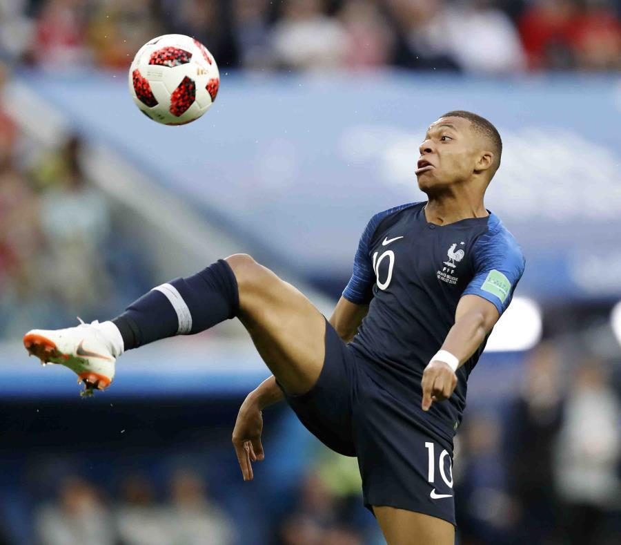 Mbappé, de 19 años,  se convirtió en el jugador más joven en anotar dos goles en un partido del Mundial desde Pelé en 1958. (AP) (semisquare-x3)
