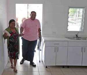 """Entregan """"casa resiliente"""" a familia que lo perdió todo con el huracán María"""