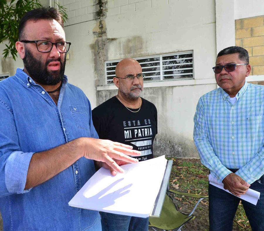 Antonio Flores Cotto, centro, afirmó que el funcionario es una persona capacitada, inclusiva y sensible. (semisquare-x3)