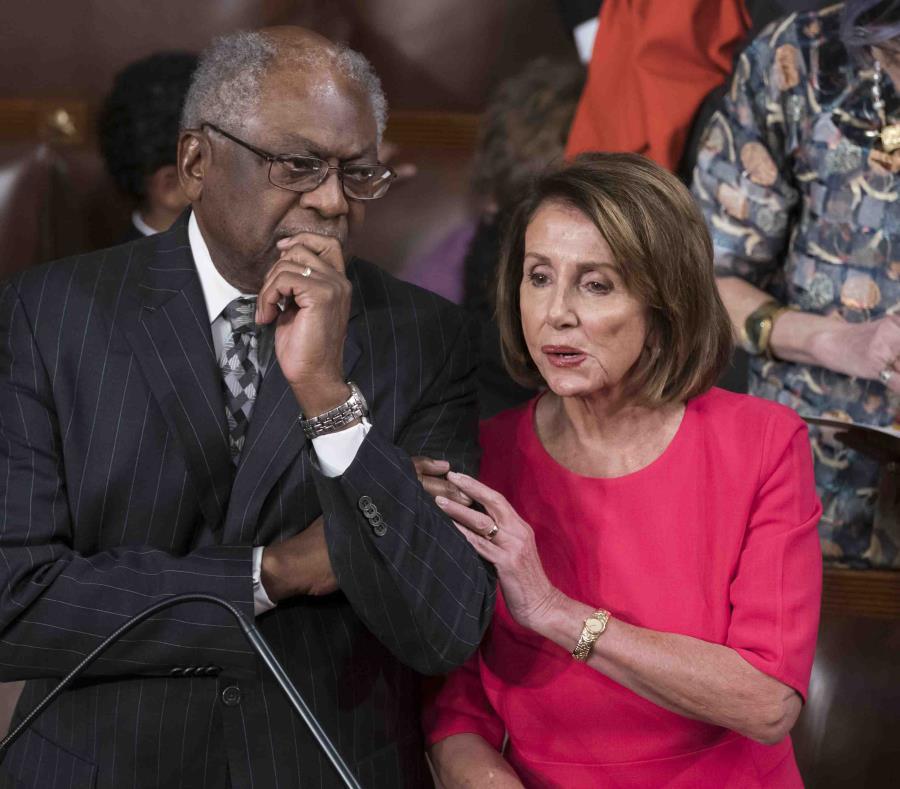 La presidenta de la Cámara de Representantes, la demócrata Nancy Pelosi, con el legislador demócrata James Clyburn en el Congreso en Washington el 3 de enero del 2019 (semisquare-x3)