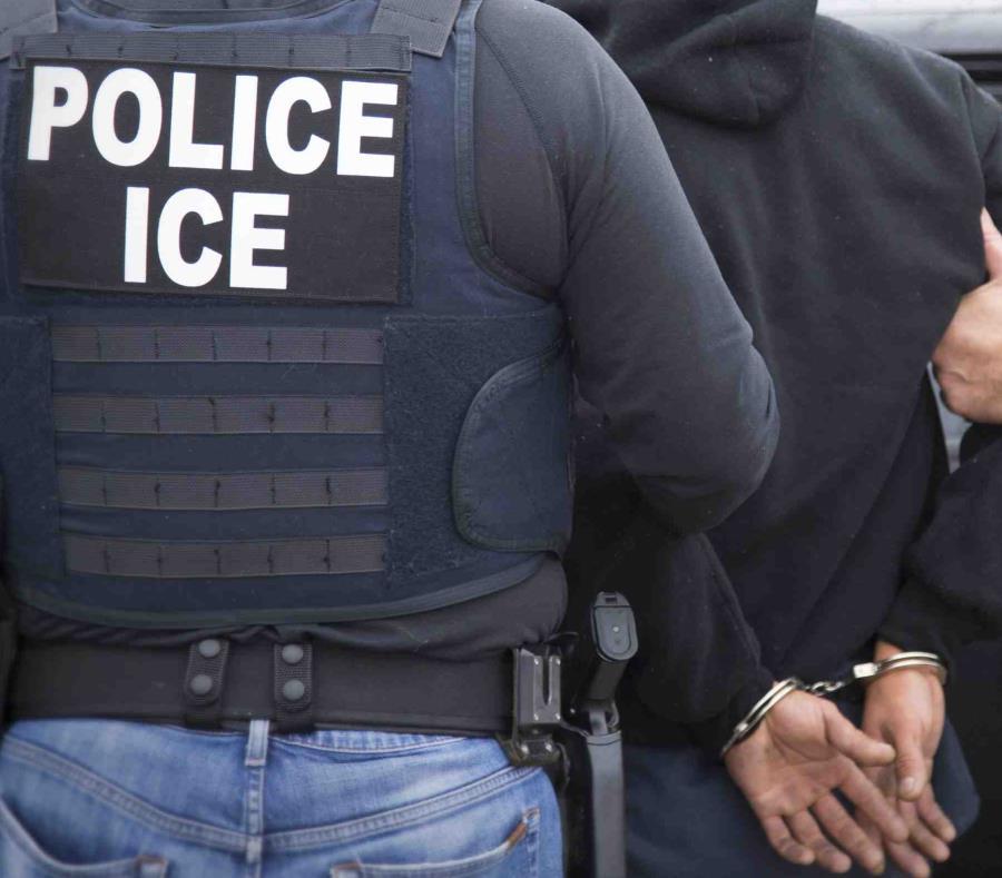 Los agentes del Servicio de Inmigración y Control de Aduanas diligenciaron la orden de arresto (semisquare-x3)