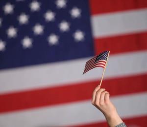 Rivera Marín asegura que la bandera de EE.UU. está incompleta