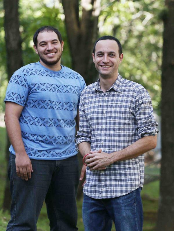 Edwin Trinidad, encargado de la edición y postproducción, junto a Ricardo Cayuela, director y productor del documental.
