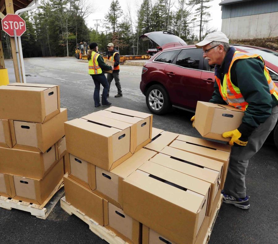 Autoridades estatales y locales de Nueva Hampshire suben cajas de agua embotellada gratis en Litchfield, Nueva Hampshire. (AP/Jim Cole) (semisquare-x3)