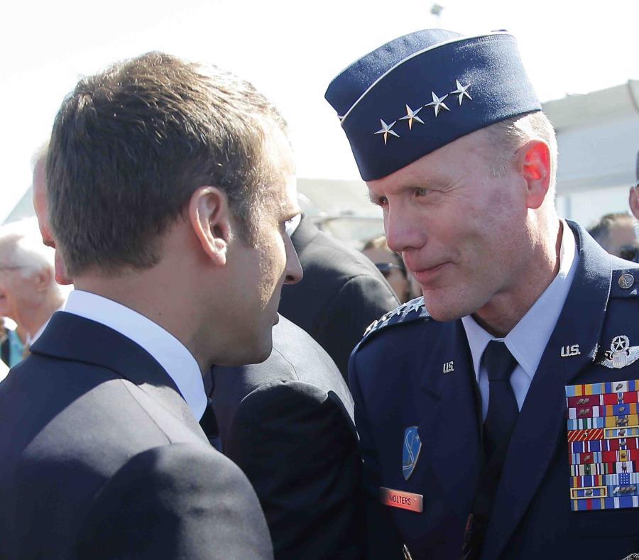 El presidente francés Emmanuel Macron con el general Tod Wolters durante una exhibición aérea en París. (AP /Michel Euler) (semisquare-x3)