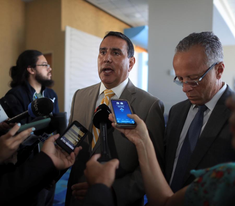 Los alcaldes de San Lorenzo, Joe Román y de Cayey, Rolando Ortiz, -entre otros- solicitaron al presidente del Senado,  Thomas Rivera Schatz, que presente legislación que los exima de pagar las pensiones. (semisquare-x3)