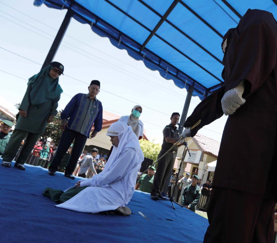 Una mujer es azotada en público acusada de adulterio en Aceh, Indonesia (semisquare-x3)