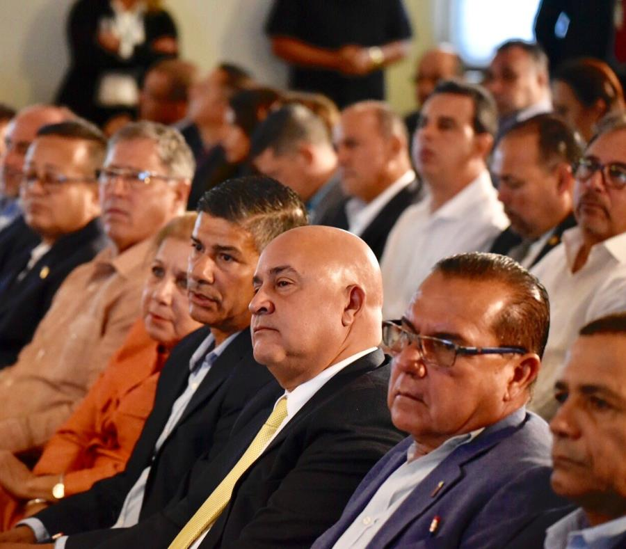 Un grupo de alcaldes reunidos durante una cumbre del Senado (semisquare-x3)