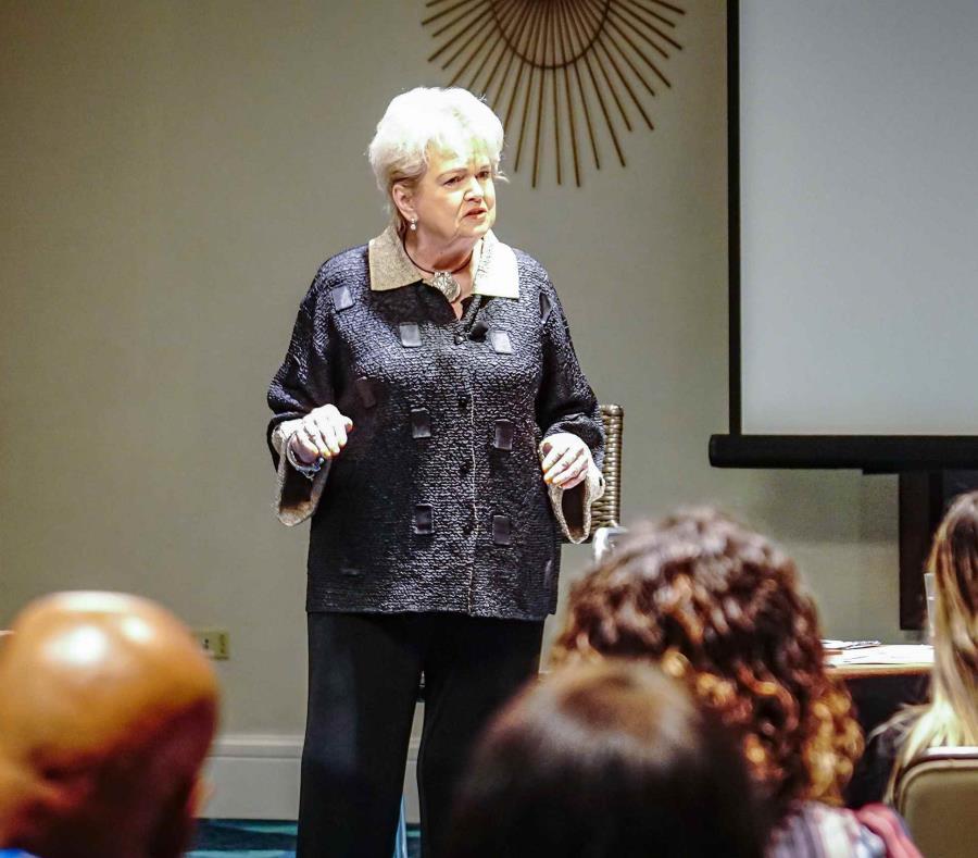 La conferenciante internacional Barbara Wold impartió un seminario sobre los viajeros multigeneracionales durante el Día del Turismo, organizado por la PRHTA en Isla Verde (semisquare-x3)