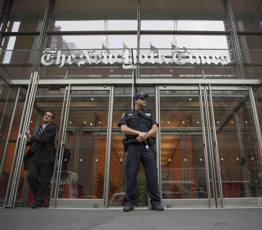 Un oficial de la policía de Nueva York presta seguridad frente a la entrada del periódico The New York Times. (AP / Mary Altaffer) (semisquare-x3)