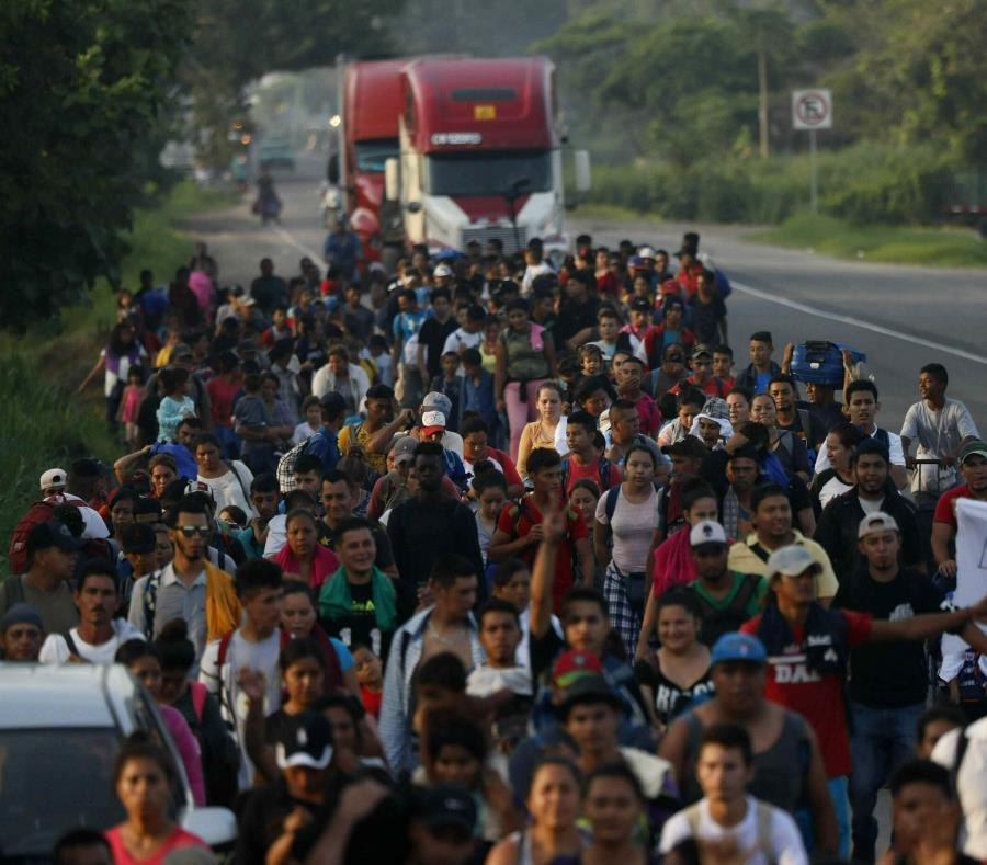 Migrantes centroamericanos caminan sobre una carretera aledaña a Ciudad Hidalgo, México, el miércoles 5 de junio de 2019. (AP / Marco Ugarte) (semisquare-x3)