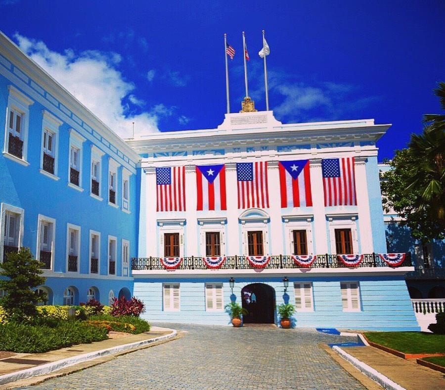 Las banderas están colocadas en la fachada principal del Palacio de Santa Catalina (semisquare-x3)