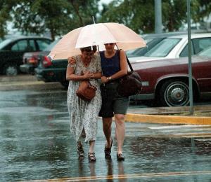 Onda tropical deja humedad que provocará lluvias