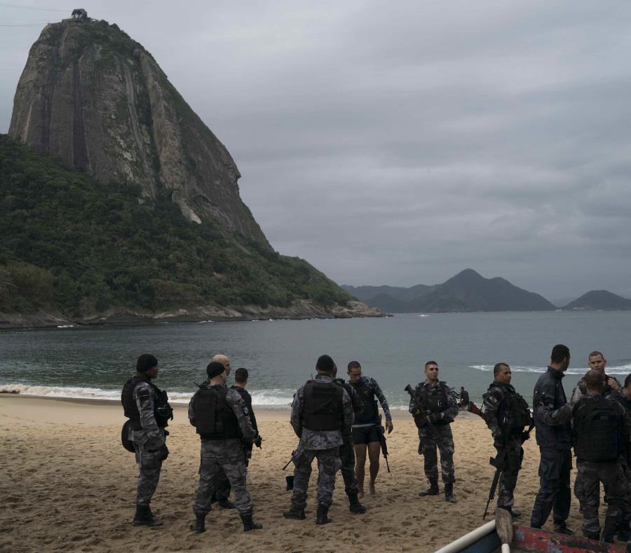 Varios policías armados en la plata Roja de la zona Urca de Río de Janeiro Brasil