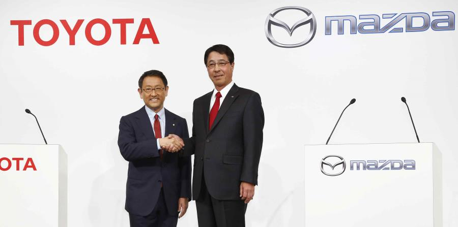De izquierda a derecha: Akio Toyoda, presidente de Toyota Motor Corp. y Masamichi Kogai, presidente de Mazda Motor Corp. (horizontal-x3)
