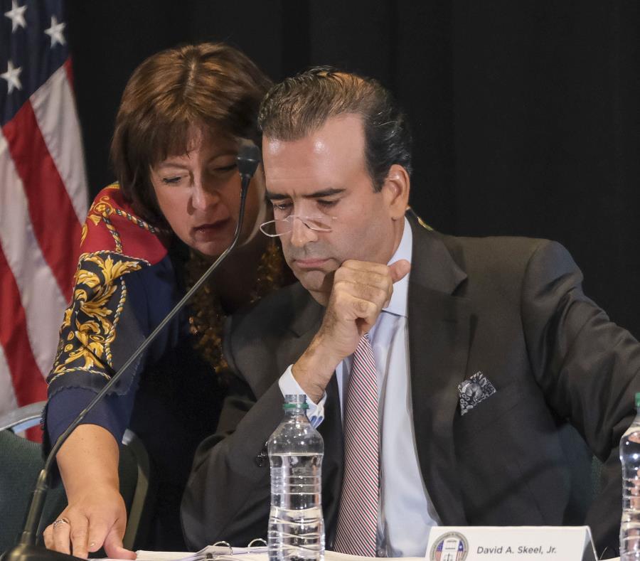 En la foto el presidente de la Junta de Supervisión Fiscal, José Carrión, y la directora ejecutiva del ente federal, Natalie Jaresko. (GFR Media) (semisquare-x3)