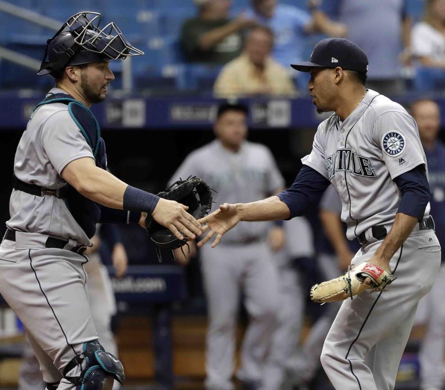 Edwin Díaz y el receptor Mike Zunino se chocan la mano tras el triunfo de Seattle. (AP) (semisquare-x3)