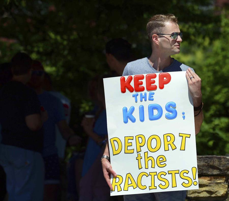 Chris Olson, de Lake Wallenpaupack, Pensilvania, sostiene un cartel cerca del colegio de educación superior Lackawanna College, donde el secretario de Justicia Jeff Sessions habló sobre política migratoria y labores policiales, en Scranton, Pensilvania. ( (semisquare-x3)
