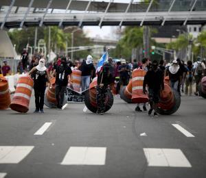 Las protestas políticas que destruyen la Isla en un momento crucial