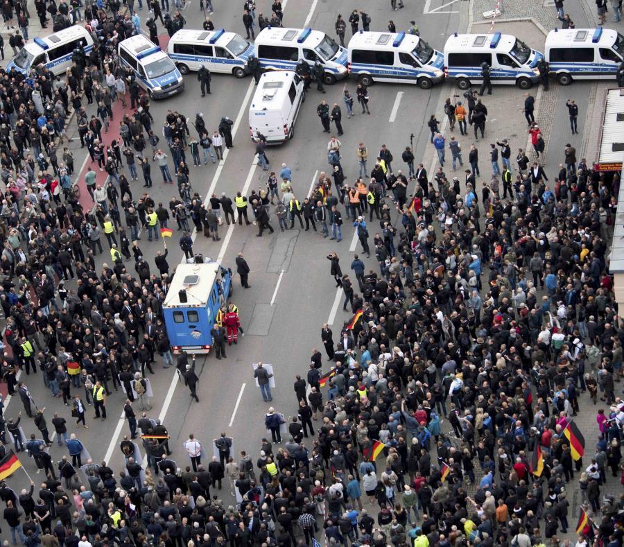 Autos policiales bloquean una calle mientras la policía separa a manifestantes de derecha y de izquierda que participaban en manifestaciones contrarias, en Chemnitz, en el este de Alemania, el 1 de septiembre de 2018. (AP) (semisquare-x3)