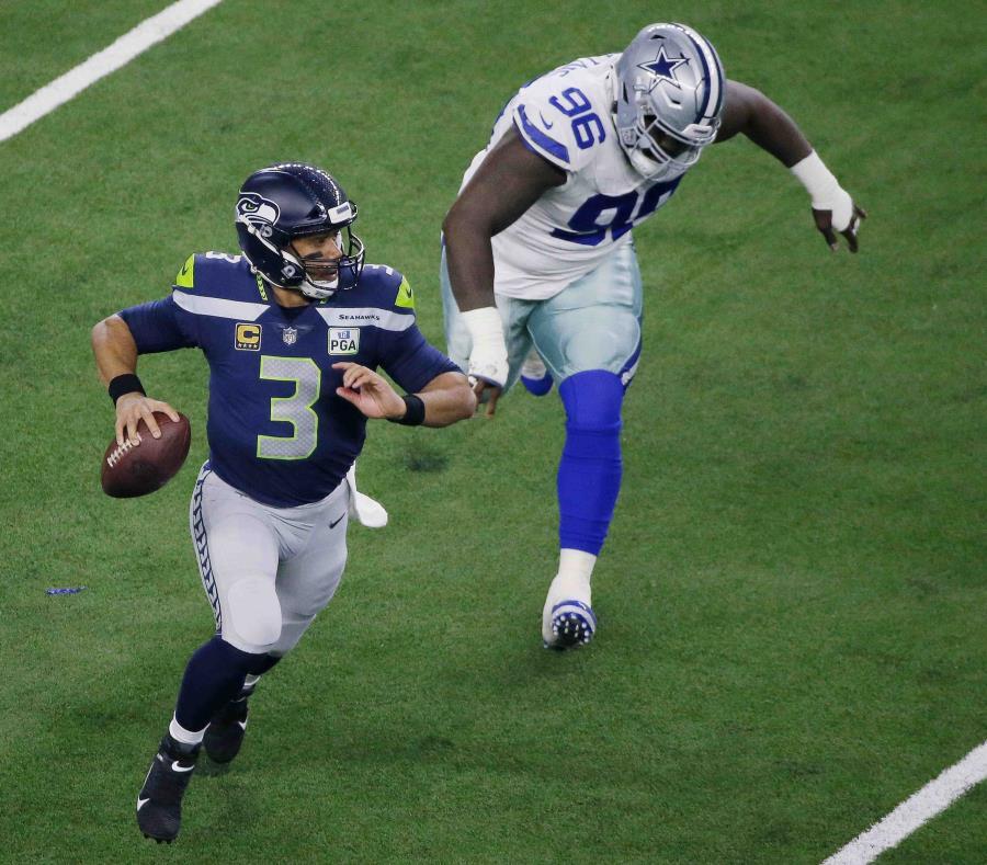 El quarterback Russell Wilson (3), de los Seahawks de Seattle, sale de la bolsa de protección en el choque ante los Cowboys de Dallas, el sábado 5 de enero de 2019, en Arlington, Texas. (AP) (semisquare-x3)