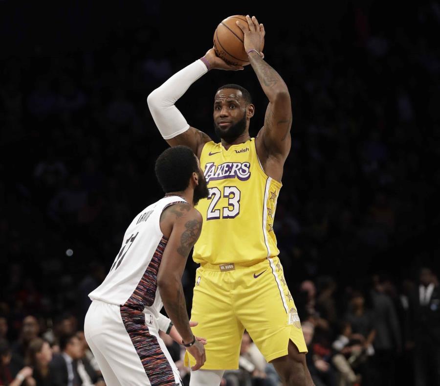 Kyrie Irving defiende a Le Bron James en un partido entre los Nets y los Lakers el pasado mes de enero