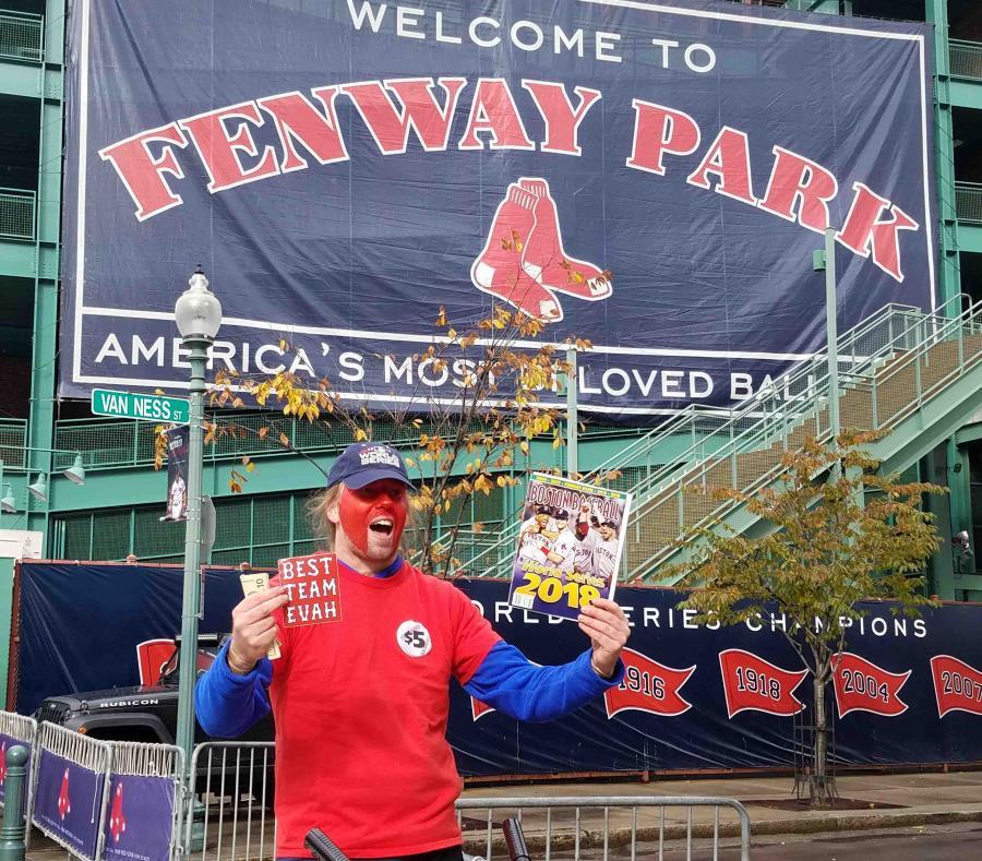 Uno fanático de los Medias Rojas de Boston posa frente al Fenway Park. (AP) (semisquare-x3)