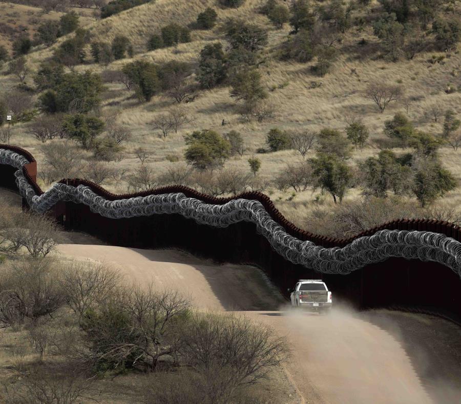En esta imagen del 2 de marzo de 2019 se muestran a agentes de la Patrulla Fronteriza en el lado estadounidense del muro fronterizo con México, al este de Nogales, Arizona. (AP/Charlie Riedel) (semisquare-x3)