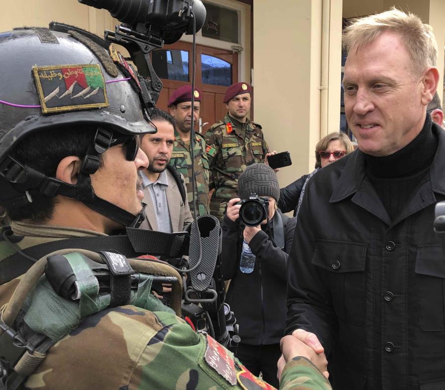 El secretario de Denfensa, Pat Shanahan, saluda un comando afgano en Afganistán. (AP) (semisquare-x3)