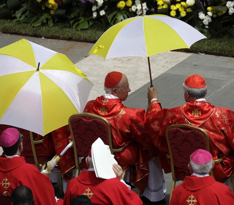 Cardenales refugiados del sol durante la misa de Pentecostés celebrada por el papa Francisco en la Plaza de San Pedro, en el Vaticano, el domingo 9 de junio de 2019. (semisquare-x3)
