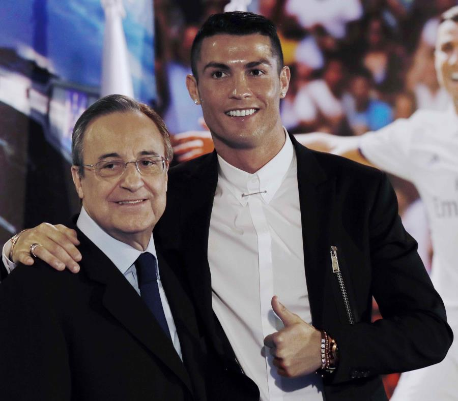Cristiano Ronaldo, acompañado por el presidente del club, Florentino Pérez. (EFE) (semisquare-x3)