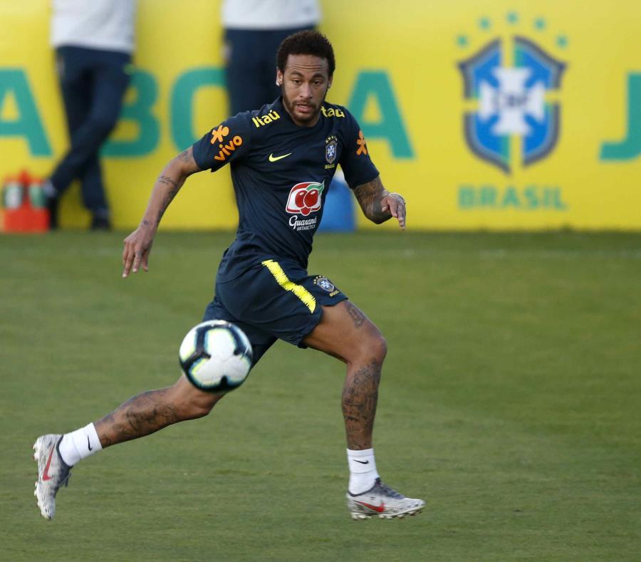 El delantero Neymar durante un entrenamiento de la selección de Brasil. (AP/Leo Correa) (semisquare-x3)