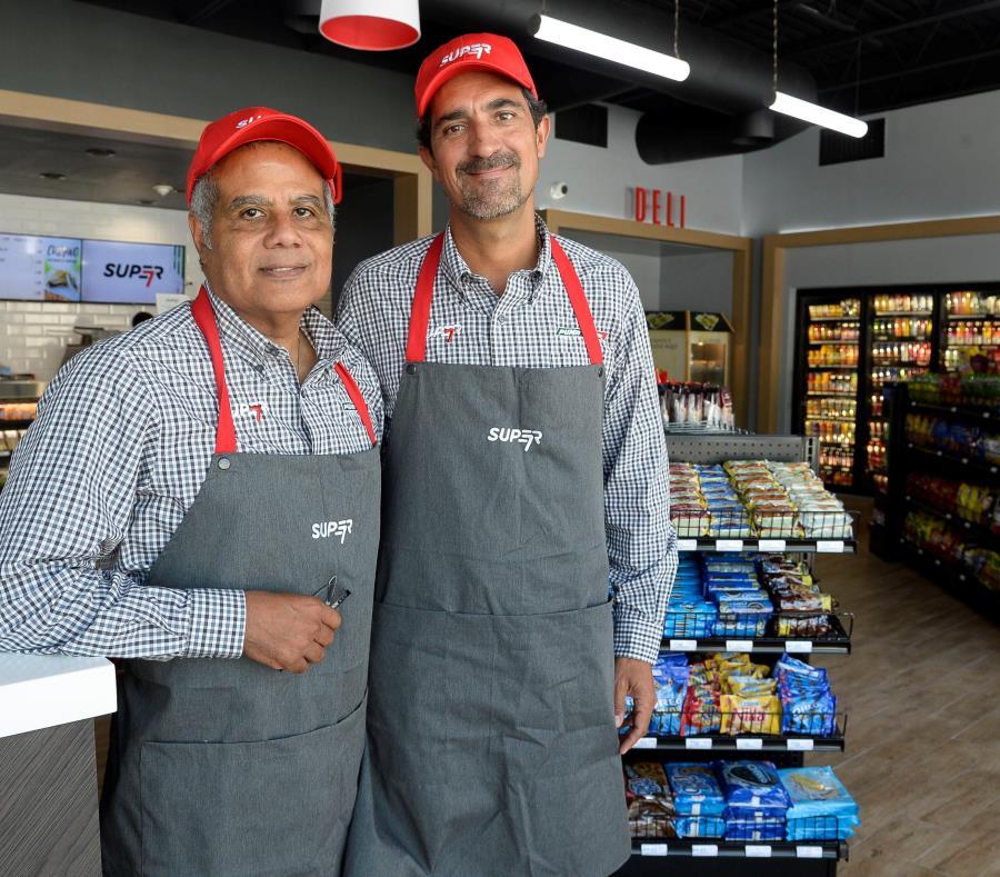 Víctor Dominguez, gerente general de Puma Energy Puerto Rico, y Rodrigo Zavala, principal oficial de Operaciones de Puma Energy en las Américas, en la nueva tienda Super 7 de la cadena en Santurce (semisquare-x3)