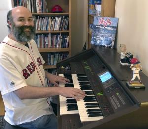 El organista de los Red Sox evoca el béisbol desde su casa