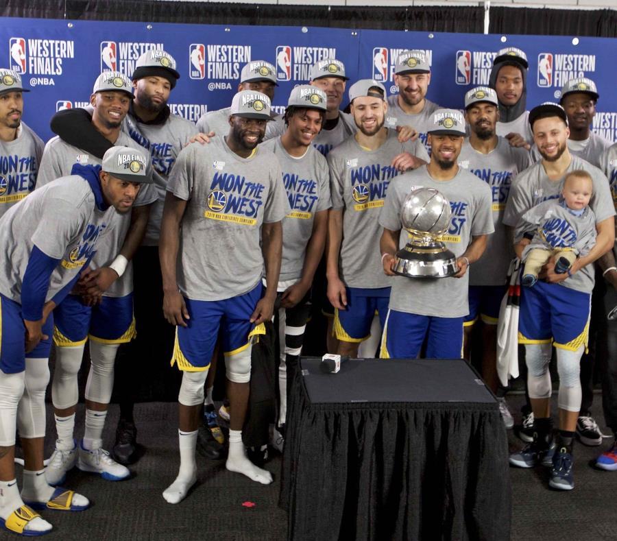 Los Warriors de Golden State posan con el trofeo de campeones de la Conferencia del Oeste, tras barrer a los Trail Blazers de Portland. (AP/Craig Mitchelldyer) (semisquare-x3)
