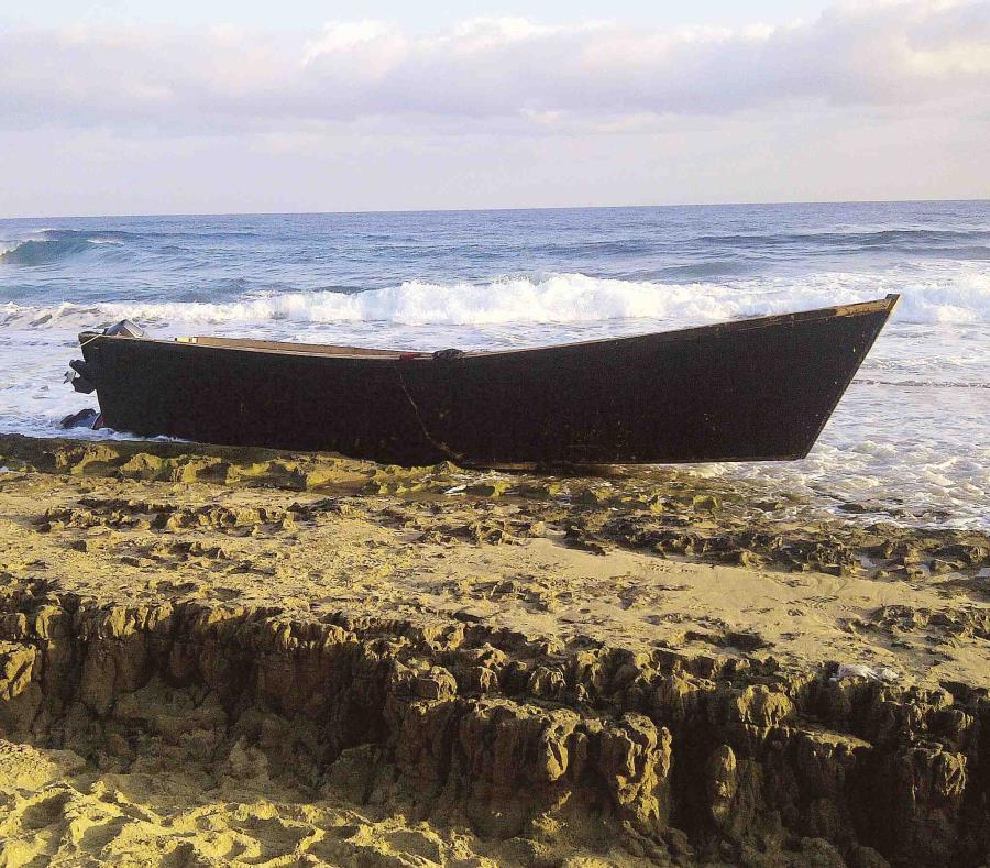 Veinte inmigrantes saltaron por la borda y comenzaron a nadar hacia la costa (semisquare-x3)